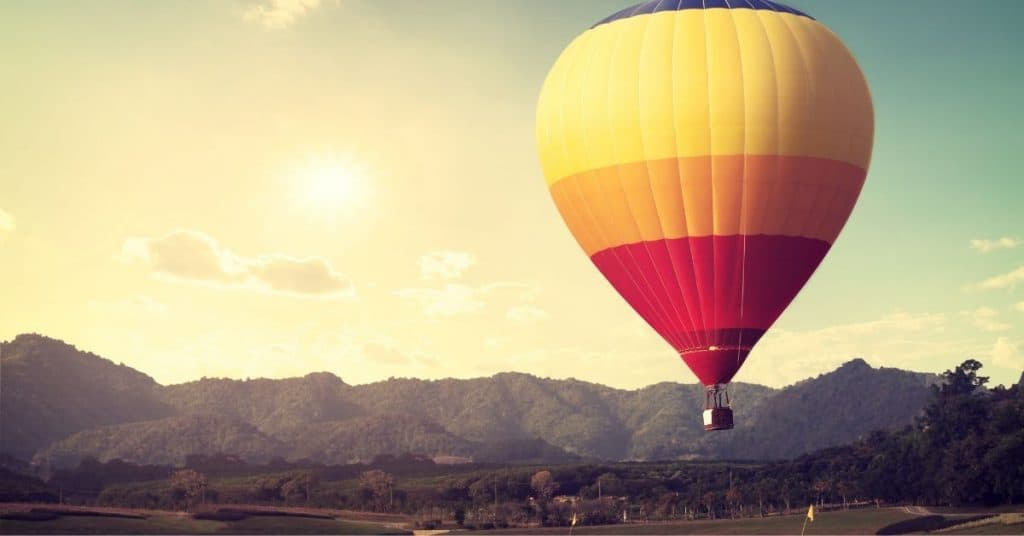 A hot air balloon ride: one of the luxury ideas for your couple's summer bucket list.